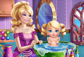 Barbie donne un bain à sa fille